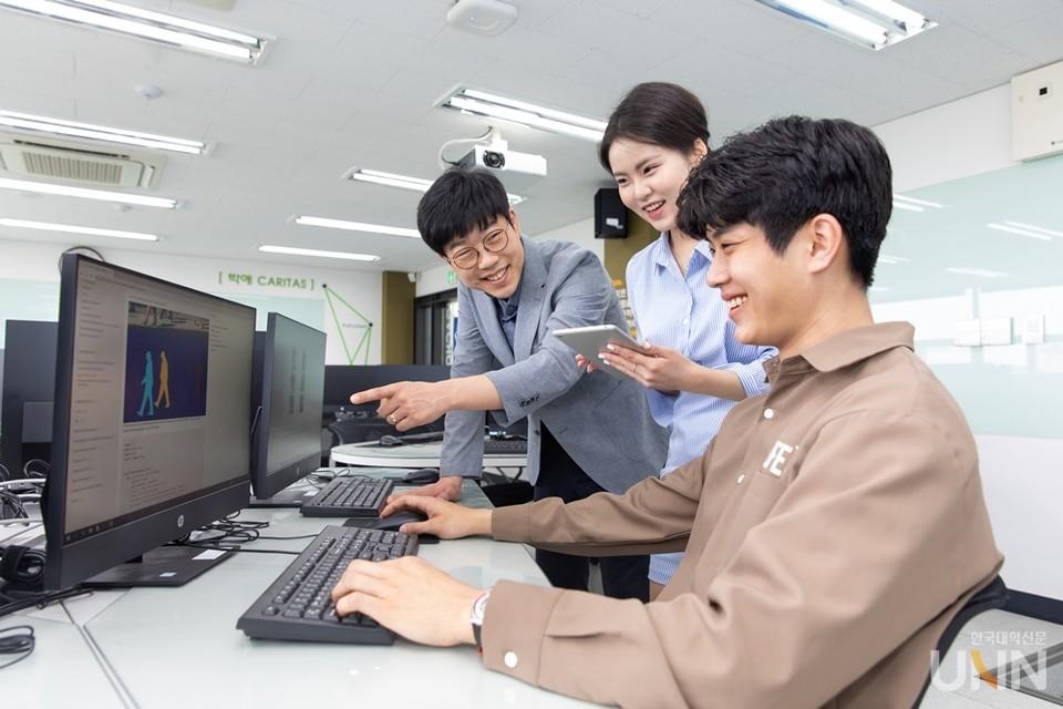 가천대 소프트웨어 전용 강의실에서 교수의 지도에 따라 학생들이 코딩을 하고 있다. (사진=가천대)